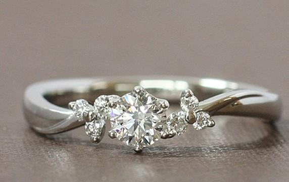 華やかな雰囲気の婚約指輪
