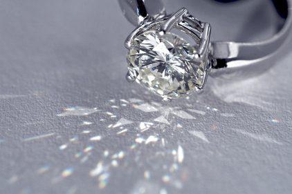 美しいダイヤモンドの婚約指輪