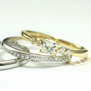 プラチナとゴールドの指輪を重ねつけ