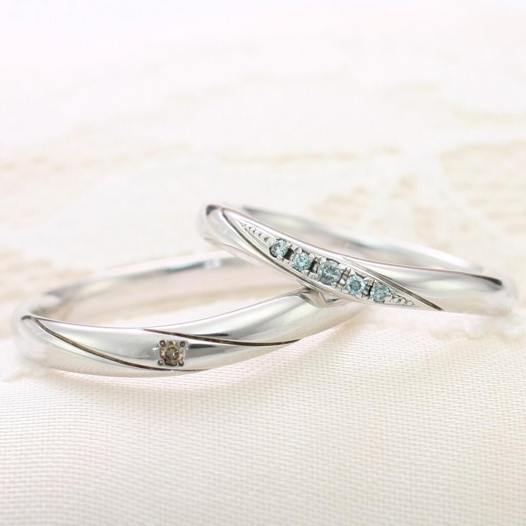 アイスブルーダイヤをセットした結婚指輪