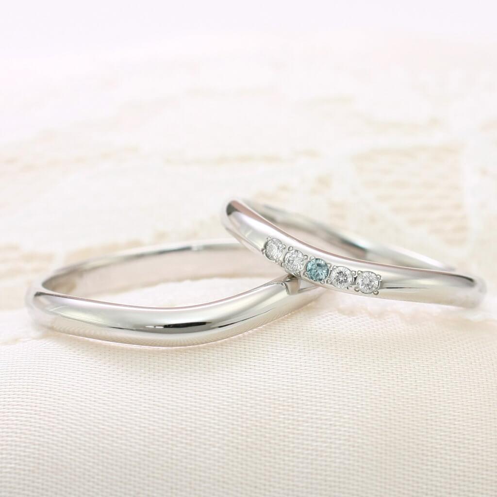 指もキレイに見える上品なカーブラインの結婚指輪