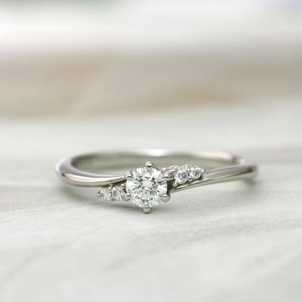 優しいアームラインとダイヤの配列が美しい