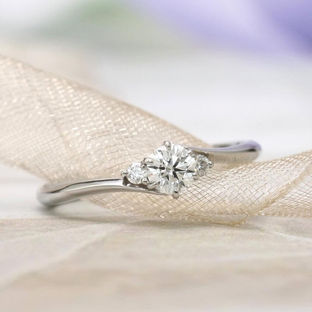 アームラインとサイドストーンが美しく調和した婚約指輪