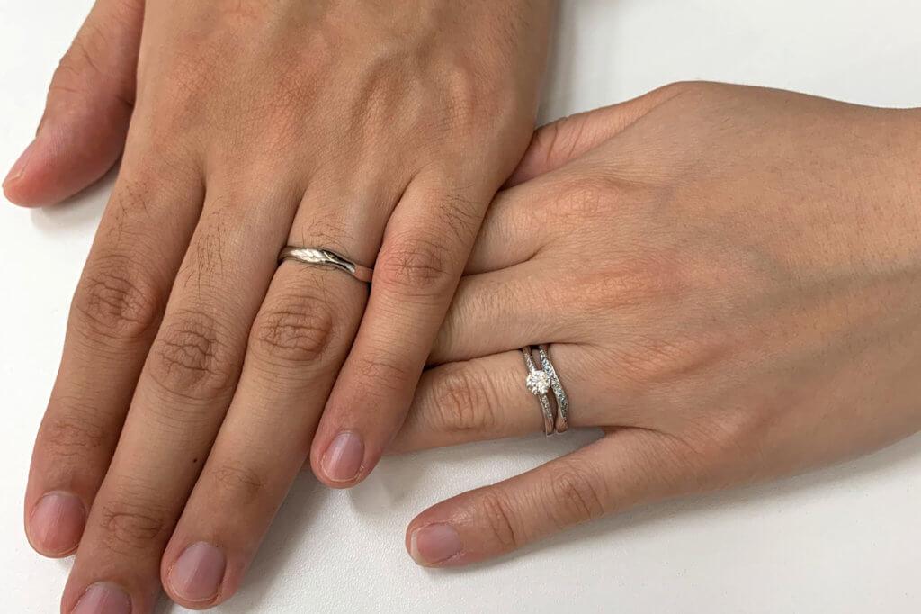 エヴァンスオリジナル婚約指輪とアフラックスの結婚指輪の重ねつけ