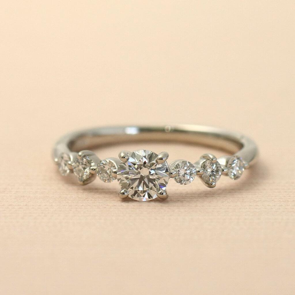 夜空にきらめく星たちをイメージした婚約指輪